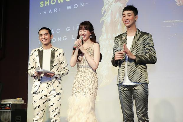 """Phần giao lưu đáng yêu thể hiện sự """"lầy lội"""" và hài hước cùng BB Trần và Hải Triều cũng là một trong những điểm sáng của chương trình, đã giúp Hari nhanh chóng rút ngắn khoảng cách với người hâm mộ."""