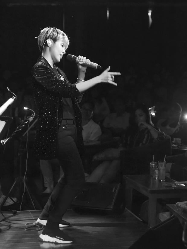 Do lượng fan quá đông và để đáp lại tình cảm của mọi người, không chỉ tham gia vào chuỗi hoạt động giao lưu văn hóa Việt - Nhật diễn ra tại thành phố Osaka, Vũ Cát Tường cũng tổ chức một minishow tại đây để có thể giao lưu và giới thiệu âm nhạc của mình đến với khán giả nơi đây.