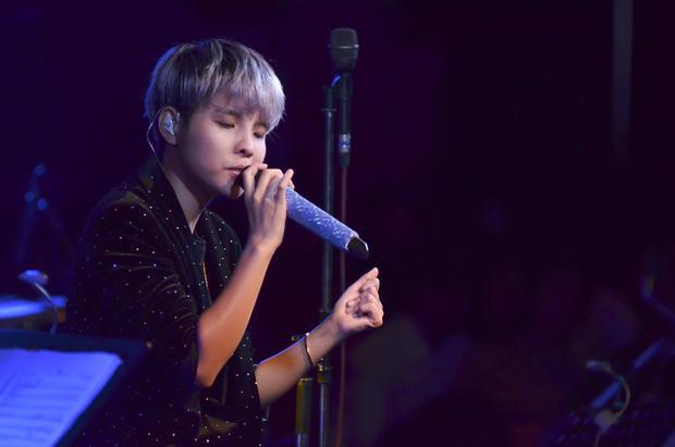 """""""Trong minishow,Tường vẫn hát tiếng Việt và trình diễn các sáng tác của mình. Không chỉ để thỏa lòng mong đợi của khán giả yêu mến giọng hát mình tại nơi đây mà hy vọng phần nào đó giới thiệu đến khán giả người Nhật âm nhạc hiện đại của Việt Nam""""."""