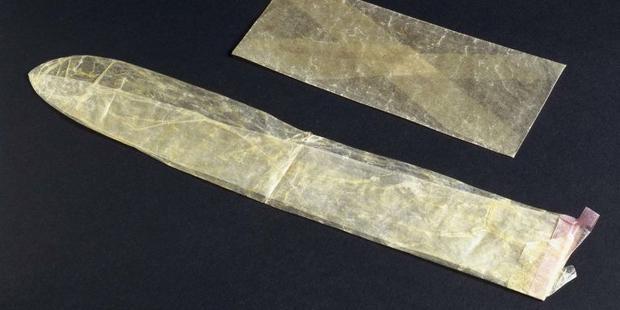 Bao cao su được làm từ ruột động vật khá mỏng và gọn.
