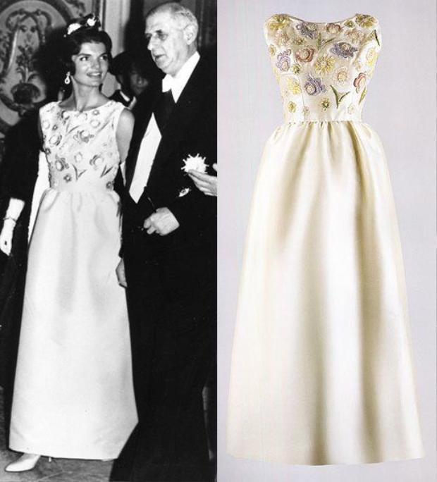 Phu nhân tổng thống Kennedy cũng là một trong những khách hàng của ông. Chiếc váy lụa taffta được thêu đính hoa thủ công này là một thiết kế được quý phu nhân diện khi tham dự một buổi tiệc tối quan trọng cùng chồng mình.