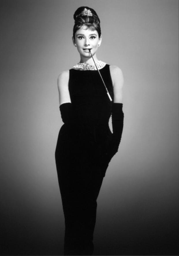 """Hình tượng nữ diễn viên Audrey Hepburn cùng chiếc đầm đen thanh lịch trong bộ phim """"Bữa ăn sáng của Tiffany"""" từ lâu đã trở thành một hình ảnh kinh điển trong lòng giới mộ điệu, đây là một tác phẩm để đời của nhà mốt Hubert de Givenchy."""
