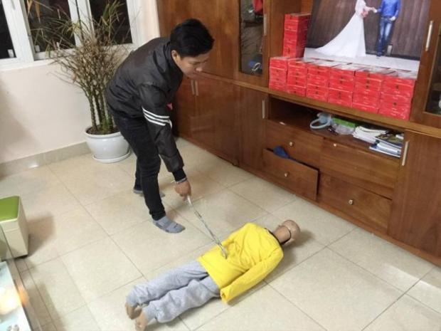 Trần Hoài Nam thực nghiệm lại hiện trường đánh đập con trai.