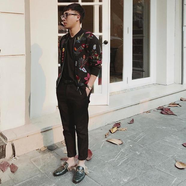 Tiếp tục là áo phông - quần kaki, vẫn lấy tông đen làm chủ đạo, Hoàng Ku tạo điểm nhấn bằng chiếc áo khoác thêu hoa nổi bật.
