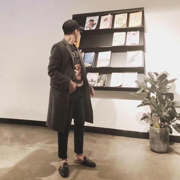 Được biết đôi giày hở gót đính lông đến từ nhà mốt Gucci, có giá 720 bảng Anh, tương đương khoảng 22 triệu đồng.
