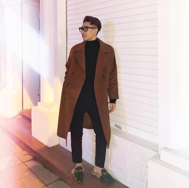 """Trong một lần khác, stylist 8X xuống phố với cả """"cây đen"""", đi cùng với đó là áo dạ màu nâu. Và tất nhiên, đôi giày một lần nữa được sử dụng."""