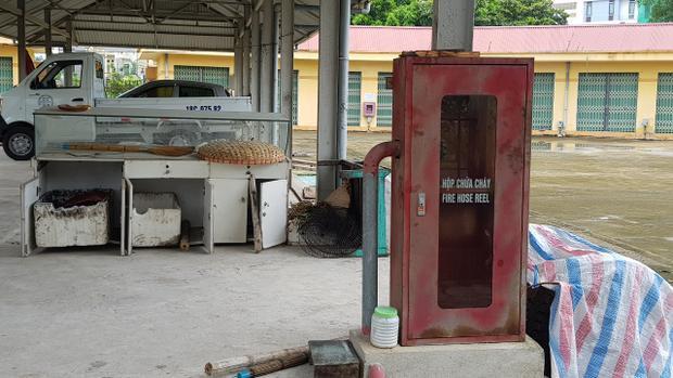 Do bỏ hoang lâu ngày, trong chợ nhiều bình chữa cháy đã hư hỏng, ổ khóa hoen gỉ…