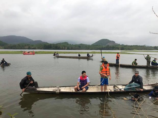 Lực lượng chức năng tìm kiếm thi thể nạn nhân. Ảnh: Nguyễn Mạnh Hùng