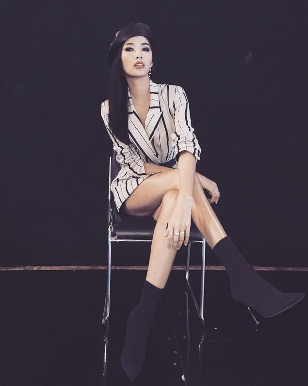 Xuất hiện trong một gameshow truyền hình, chân dài đã rũ bỏ hoàn toàn phong cách nhu mì, dịu dàng của một nàng á hậu mà thay vào đó là hình ảnh cá tính của một siêu mẫu chuẩn quốc tế. Chỉ một chiếc áo sơ mi sọc, chân váy mini, boot đen và chiếc mũ bê-rê đội lệch cũng đủ làm nên cá tính nổi loạn mang đậm phong cách cá nhân.