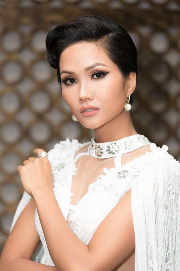 Với kiểu tóc búi sang trọng, Hoa hậu hoàn vũ 2017 vô cùng sang trọng và quý phái trong diện mạo này.
