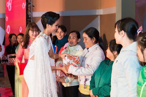 Sự xuất hiện của Hoa hậu H'hen Niê đã thu hút sự quan tâm của đông đảo khán giả địa phương.