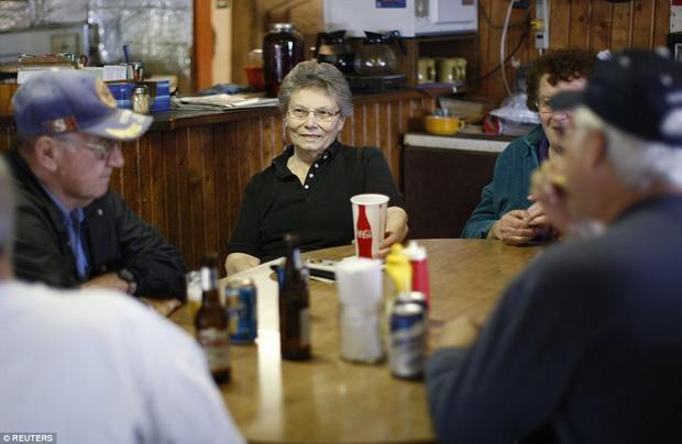 Mặc dù sống một mình một cõi, nhưng bà Eiler thường xuyên có bạn bè đến thăm.Ảnh: Reuters