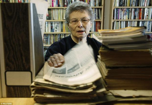 Bên cạnh công việc của một thị trưởng, bà Eiler còn là thủ thư của thị trấn.Ảnh: Reuters