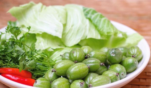 """Ai nấy đã một lần thử món nhót xanh cuốn bắp cải chấm món chẩm chéo vừa chát, vừa chua đấy, chắc chắn bạn sẽ phải """"nghiện tắp lự"""". Việc ăn kèm với bắp cải hoặc lá tỏi là để làm giảm vị chua chát của nhót xanh cũng như kích thích vị giác."""