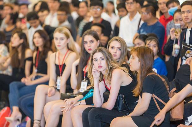 Sự góp mặt của dàn người mẫu Tây đến từ các nước như Nga, Ý, Brazil và Ukraine là một nhân tố không thể thiếu.