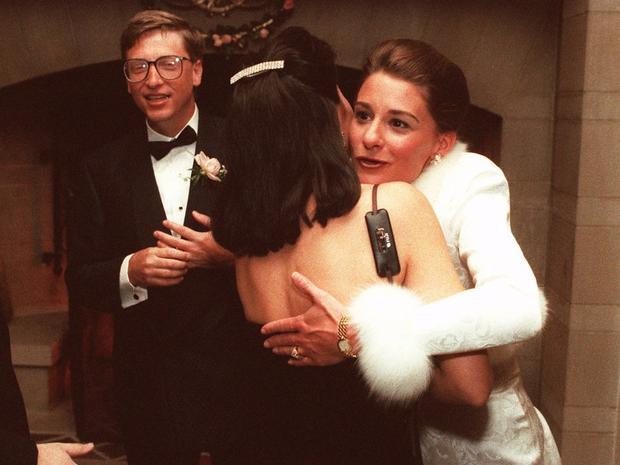 """Cặp đôi cưới nhau vào năm 1994 tại Manele Bay Hotel, Hawaii. Để giữ sự riêng tư cho đám cưới, Bill đã đặt tất cả phòng khách sạn cùng trực thăng trên đảo Maui để """"ngăn không cho khách vãng lai bay qua"""". Ước tính chi phí cho đám cưới là 1 triệu USD (gần 23 tỷ VND), theo Forbes."""