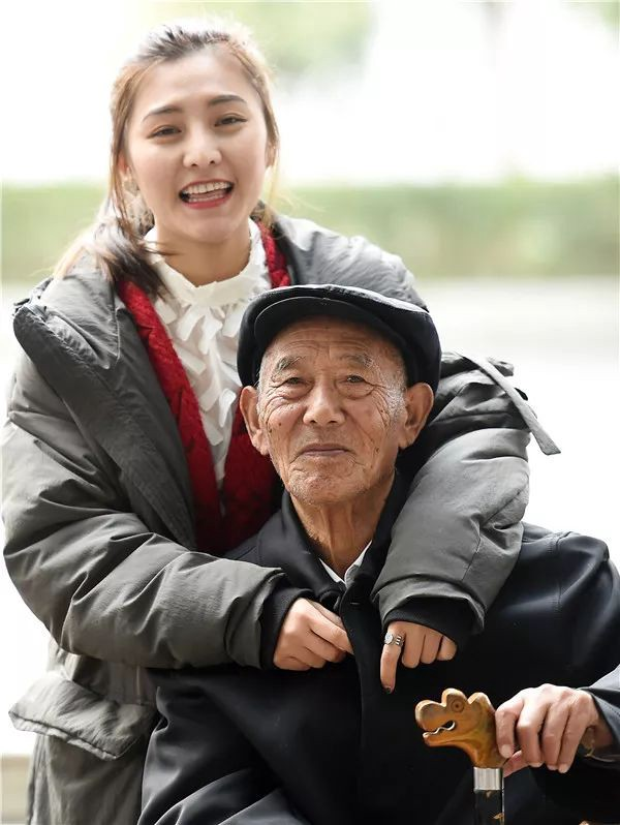 Xuewei cùng người ông đáng kính.