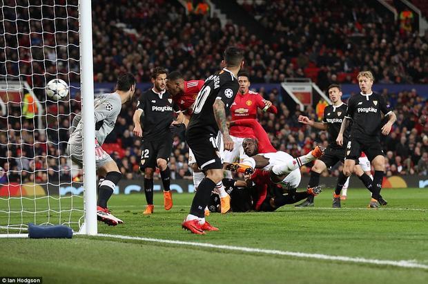"""Thực tế, cả hai đội đã tạo ra một thế trận khá cân bằng. Man United cũng tạo ra được một số tình huống đáng chú ý nhưng các chân sút """"quỷ đỏ"""" không tận dụng được."""