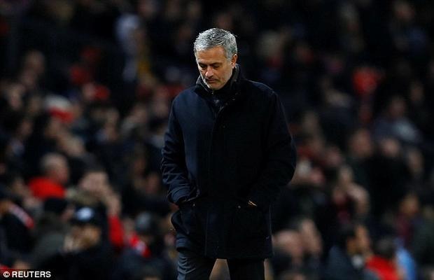Hai huyền thoại M.U cho rằng triết lý bóng đá của HLV Mourinho không phù hợp với bản sắc của Man United.