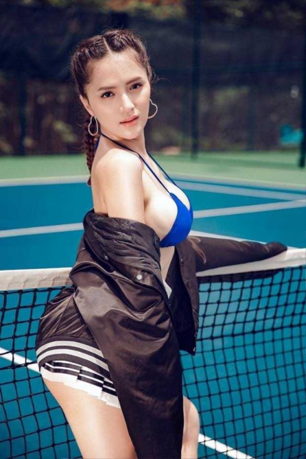 Trong trang phục thể thao gợi cảm cô càng khoe được nét quyến rũ, cuốn hút của mình.