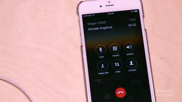 Nếu cùng lúc nhận được một cuộc gọi khác, bạn có thể nhấn vào bút trung tâm một lần để chuyển qua cuộc gọi mới trong khi đặt cuộc gọi đang nghe ở chế độ chờ.