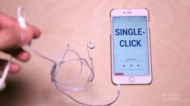 Khi đang chơi nhạc, nếu bạn nhấn vào nút trung tâm này, nhạc sẽ được dừng lại.