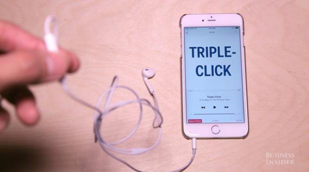 Nhấn nhanh ba lần liên tiếp vào nút trung tâm để chơi lại bài nhạc đang nghe hoặc chuyển đến bài nhạc trước đó.