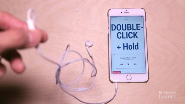 Nhấn hai lần và giữ nút trung tâm để tua nhanh đi qua một bài nhạc.