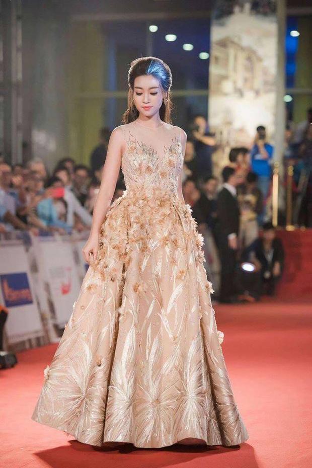 Trở thành đương kim Hoa hậu Việt Nam, chân dài họ Đỗ tiếp tục đồng hành trong những thiết kế mà Lê Thanh Hòa đã tâm huyết dành cho cô.