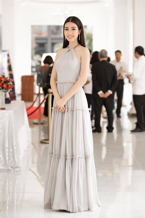 So với đặng Thu Thảo, Đỗ Mỹ Linh còn được may mắn diện thiết kế Lê Thanh Hòa nhiều hơn cả.