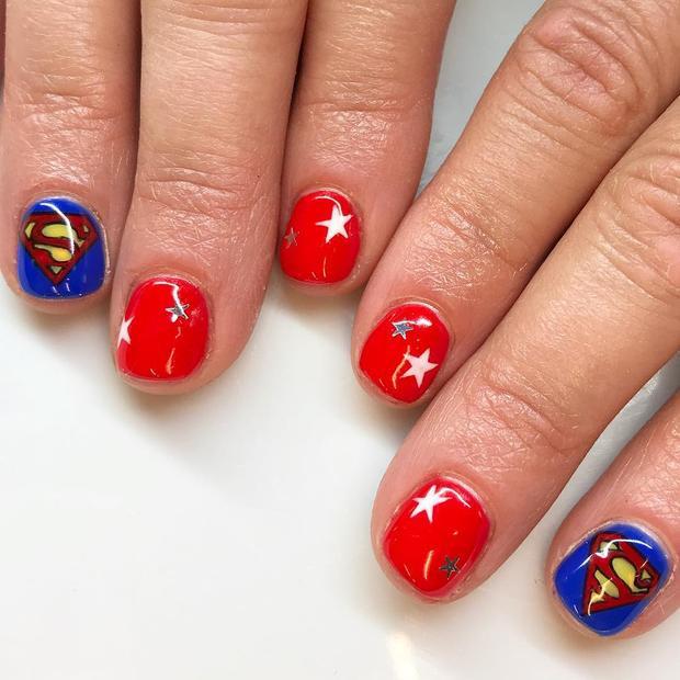 Gam màu xanh, đỏ nổi bật đi cùng họa tiết siêu nhân, đây chắc chắn là mẫu nail dành cho các cô nàng mê mệt anh chàng Superman điển trai chuyên đi cứu thế giới rồi.