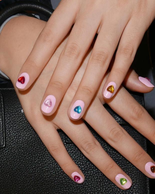 Hoặc đơn giản hơn nữa là chỉ việc… dán các hình nổi ngộ nghĩnh đủ màu sắc lên ngón tay. Vừa đúng trend, lúc chán có thể tháo ra và để lại bộ móng màu trơn khác, một công đôi việc đúng không?