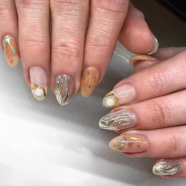 Hay mẫu nail lấy cảm hứng từ đại dương với vỏ sò, ngọc trai cùng gam màu xà cừ cũng là một gợi ý lạ mắt.