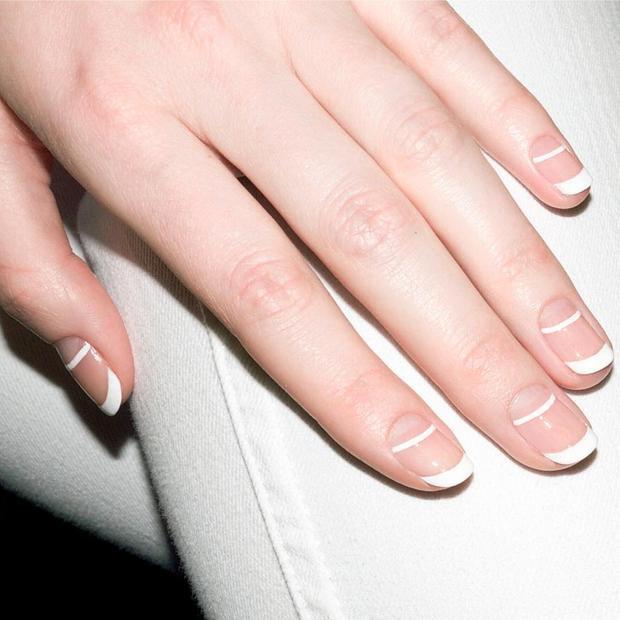 Cách vẽ móng kiểu Pháp với đầu ngón tay sơn trắng luôn là sự lựa chọn của các cô nàng thanh lịch, tinh tế.
