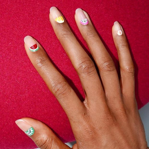 Nếu là fan của các loại hoa quả, các bạn gái chắc chắn không thể bỏ qua mẫu nail hình trái cây nhiệt đớn này, chắc chắn sẽ góp phần đem đến cho bạn một mùa hè sôi động.