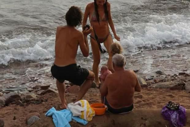 Vài phút sau, người mẹ bơi vào bờ để đoàn tụ với đứa con của mình.