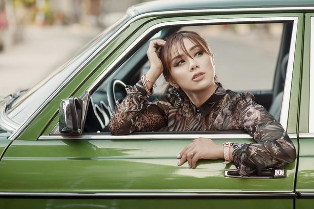 Tạo dáng bên chiếc xe cổ màu xanh rêu còn làm nữ ca sĩ tăng dáng vẻ điệu đà, bay bổng như những cô chiêu thành thị đài các hội con nhà giàu.