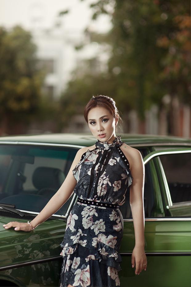Miko Lan Trinh chọn khoác lên mình bộ đầm hoa khá cổ điển với bèo nhún có hơi hướng gothic trong vóc dáng cân đối cùng thần thái kiêu sa.