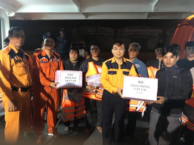 Cơ quan chức năng tặng quà cho các nạn nhân trước khi bàn giao cho chính quyền địa phương