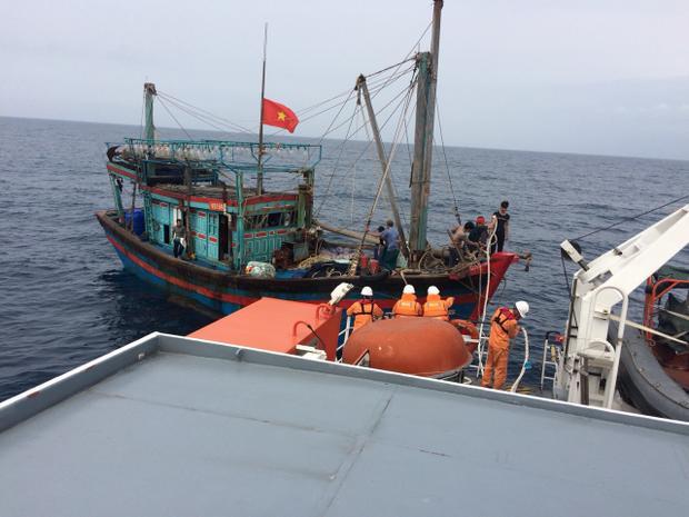 Tàu cá được lai dắt vào bờ