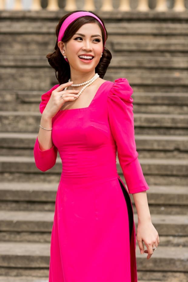 Ngoài ra, lúc xuống phố hoa hậu còn nhấn nhá thêm chiếc băng đô cùng tông hồng với màu áo.