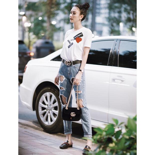 Á hậu Hà Thu tuy thường ngày chuộng phong cách nữ tính mềm mại nhưng thỉnh thoảng cũng phá cách với quần jean rách rối đi cùng giày mules.