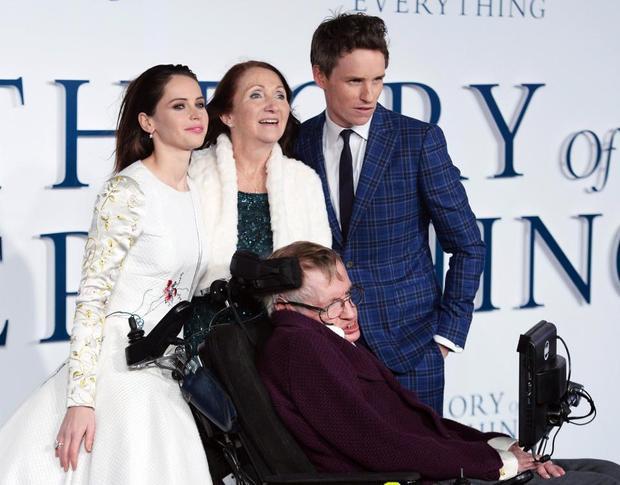 Hawking và Jane chụp ảnh cùng hai diễn viên chính trong bộ phim Thuyết yêu thương.