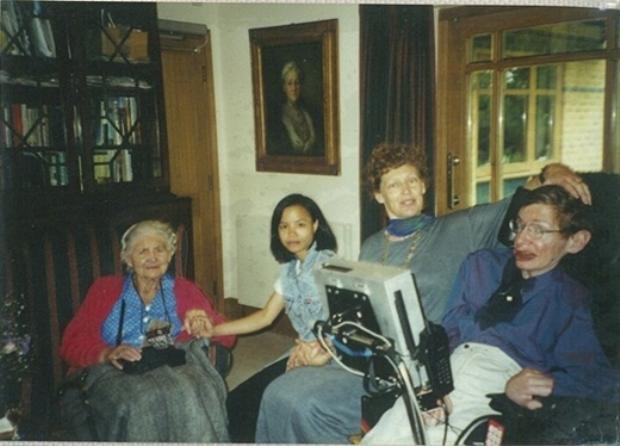 Thu Nhàn khi ở bên Anh cùng với Stephen Hawking, bà Elaine Mason vợ của ông và người mẹ của nhà vật lý học.