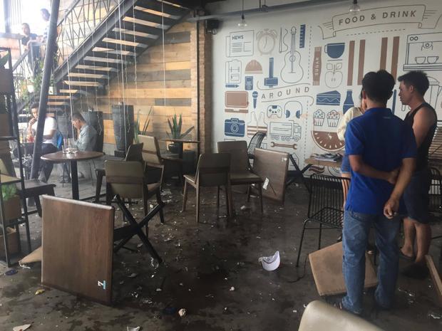 Nhiều bàn ghế, ly bể nát.