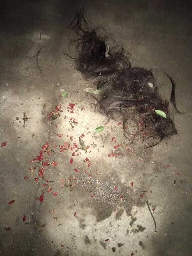 Tại hiện trường còn khá nhiều tóc và ớt tươi vương vãi lại sau vụ đánh ghen.