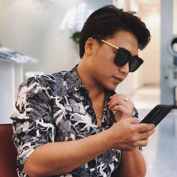 Trung thành với một kiểu kính mát thế này, chắc chắn trong tình cảm, bạn trai mới của Hòa Minzy cũng là một người thủy chung chẳng kém.