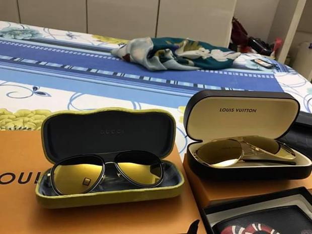 Tủ phụ kiện của anh chàng không thiếu những thương hiệu kính đắt giá, mỗi lần sắm sửa, bạn trai Hòa Minzy đều chọn mua các thiết kế giống nhau toàn tập, chỉ khác màu.