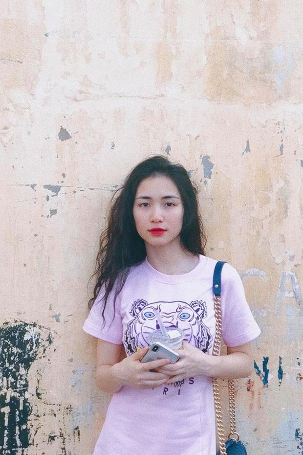 Trong bức hình mới nhất khoe trên Instagram, Hòa Minzy diện váy Kenzo, vai đeo túi Chanel và vẫn sử dụng thỏi son đỏ thần thánh của cô nàng.
