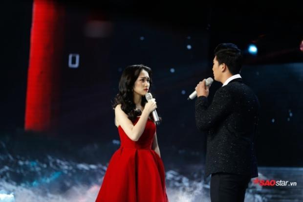 Có vẻ như Hòa Minzy cực hâm mộ màu đỏ. Trung thành với màu son đã đành, áo quần khi đi sự kiện, biểu diễn sân khấu của cô nàng cũng rực rỡ không kém.